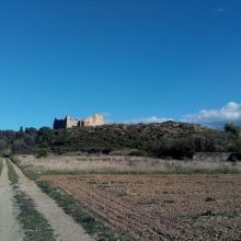 La ferme en ruine sur sa colline